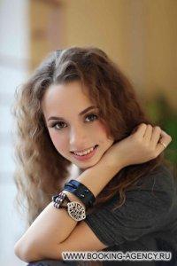 Аня Гуричева, группа Школа - заказ артиста